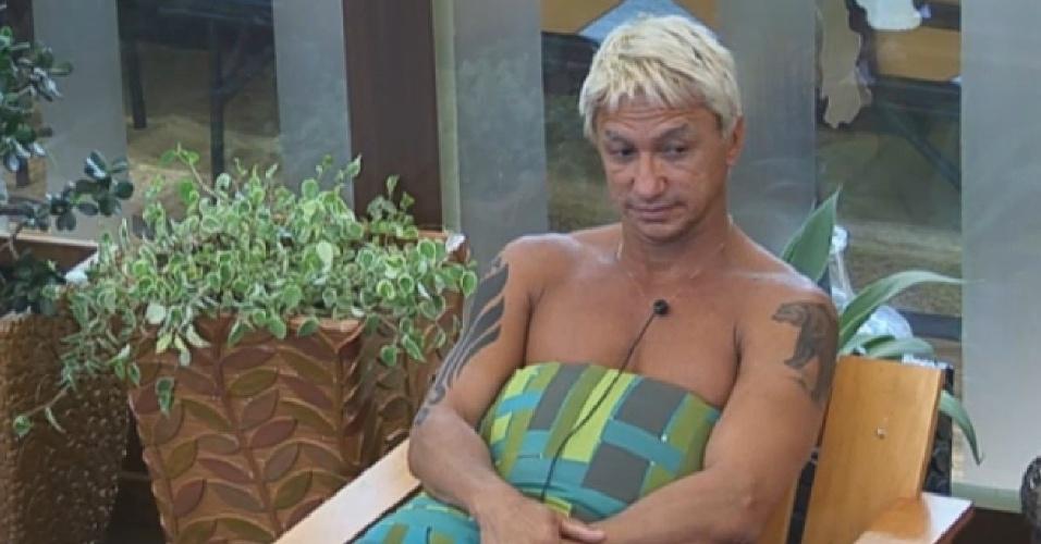26.ago.2013 - Paulo Nunes diz a Yudi Tamashiro que está dormindo bem