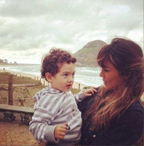 """26.ago.2013- Daniele Suzuki troca olhares com o filho Kauai, de 2 anos: """"Amor meu, dia especial"""", escreveu ela  na legenda da foto no Instagram"""
