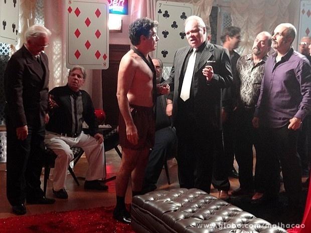 """Em """"Malhação"""", Caetano fica só de cueca, após aposta"""