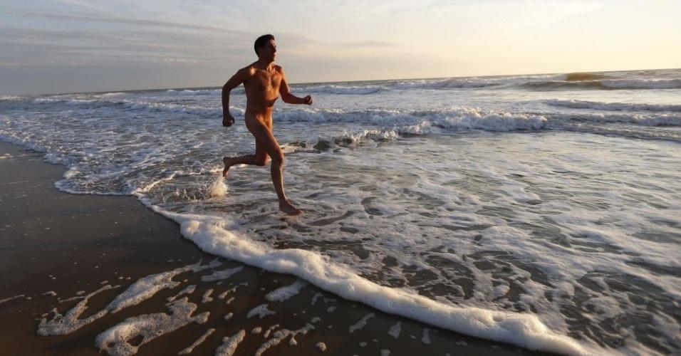 O naturista francês Francois, de 48 anos, corre na praia durante o pôr-do-sol no centre Helio-Marin