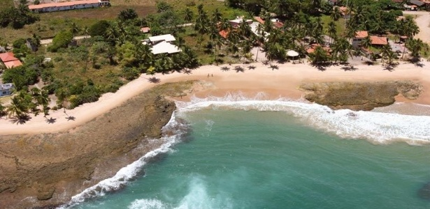 Praia Três Coqueiros tem mar aberto, ondas fortes e coqueirais, na Península de Maraú, Bahia  - Edson Didi (www.guiademarau.com)/UOL