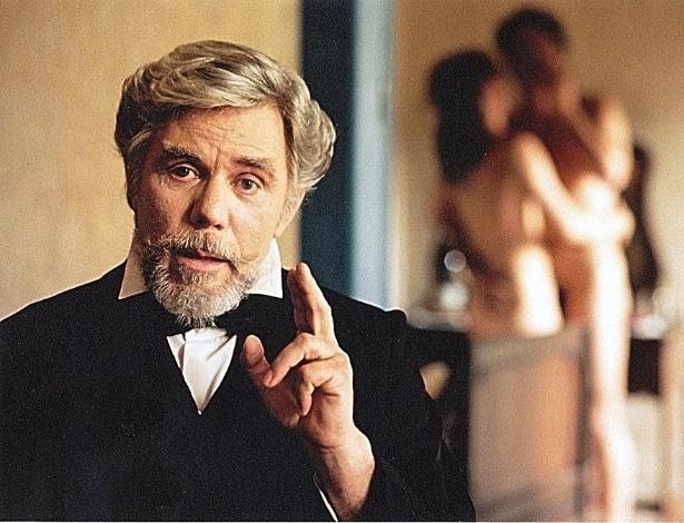 """2001 - : Reginaldo Faria em cena do filme """"Memórias Póstumas de Brás Cubas""""."""