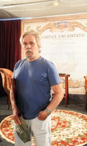 """2011 - Reginaldo posa no cenário de """"Cordel Encantado"""" quando viveu Januário Cabral"""