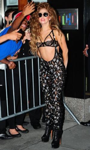 26.ago.2013 - Com sutiã à mostra e macacão transparente, Lady Gaga atende fãs em NY
