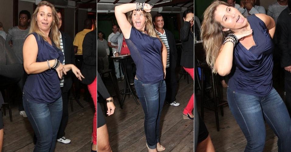 26.ago.2013 - Ex-paquita Andréia Sorvetão faz a coreografia da música