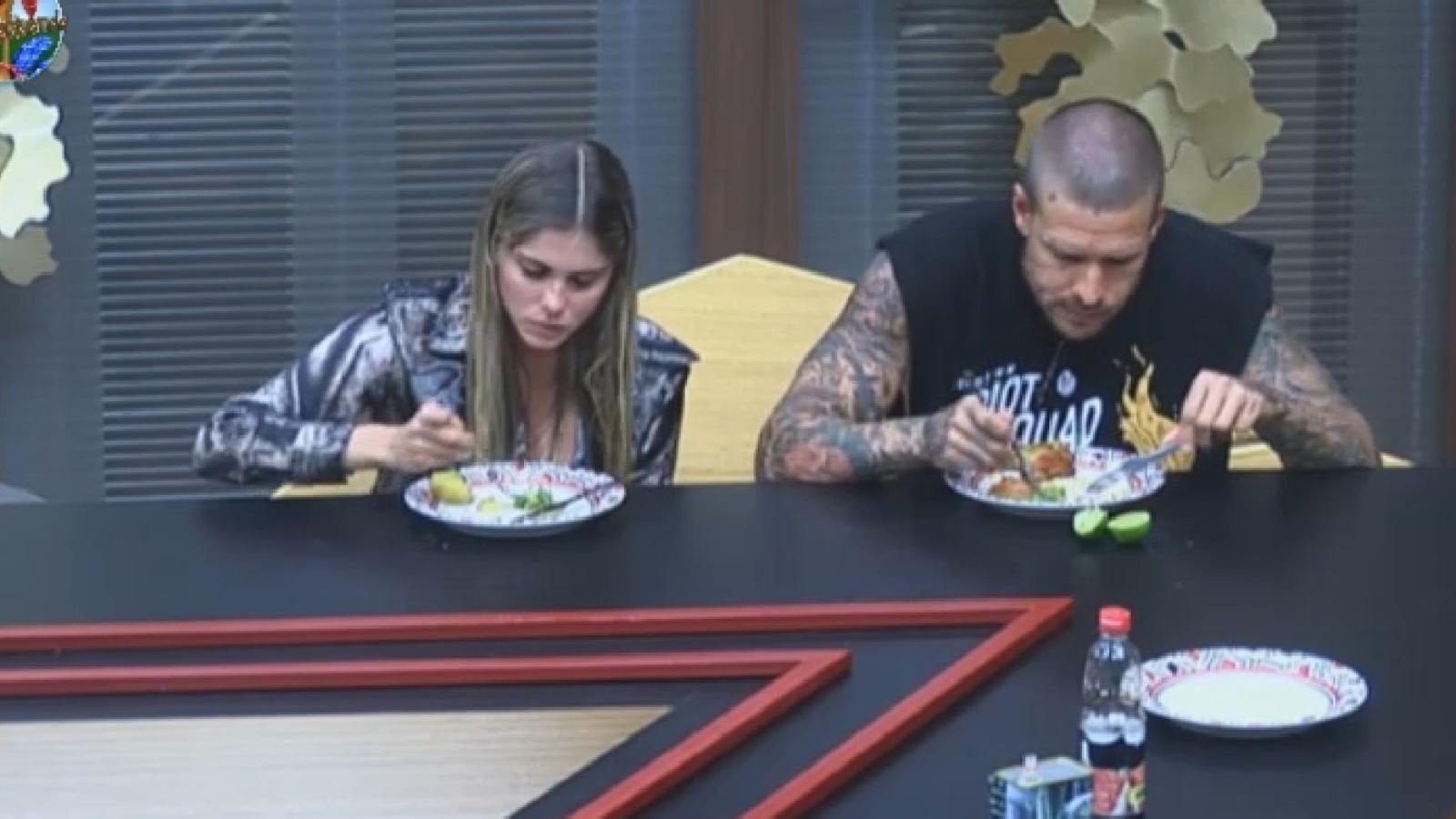 27.ago.2013 - Bárbara Evans e Mateus almoçam cedo nesta terça-feira