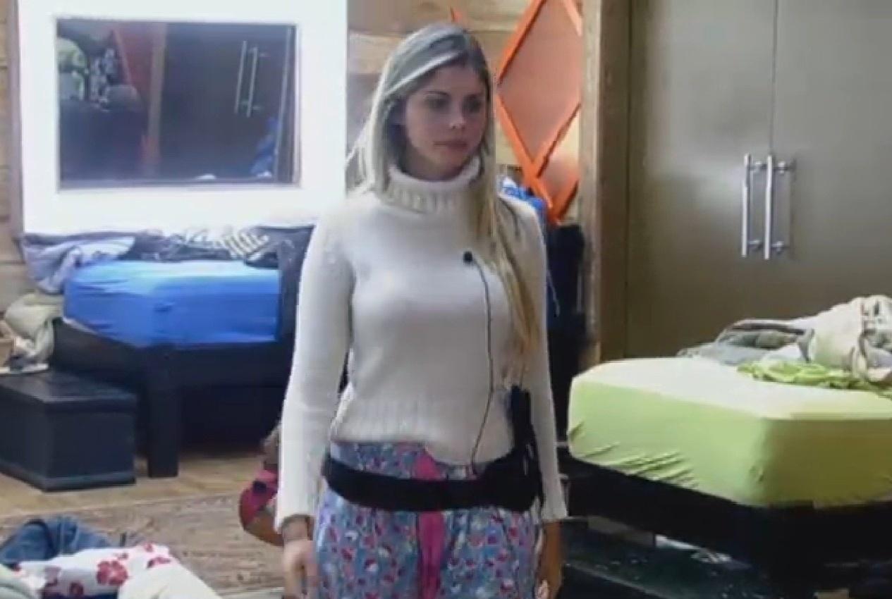 27.ago.2013 - Bárbara Evans observa Denise Rocha arrumando malas no quarto