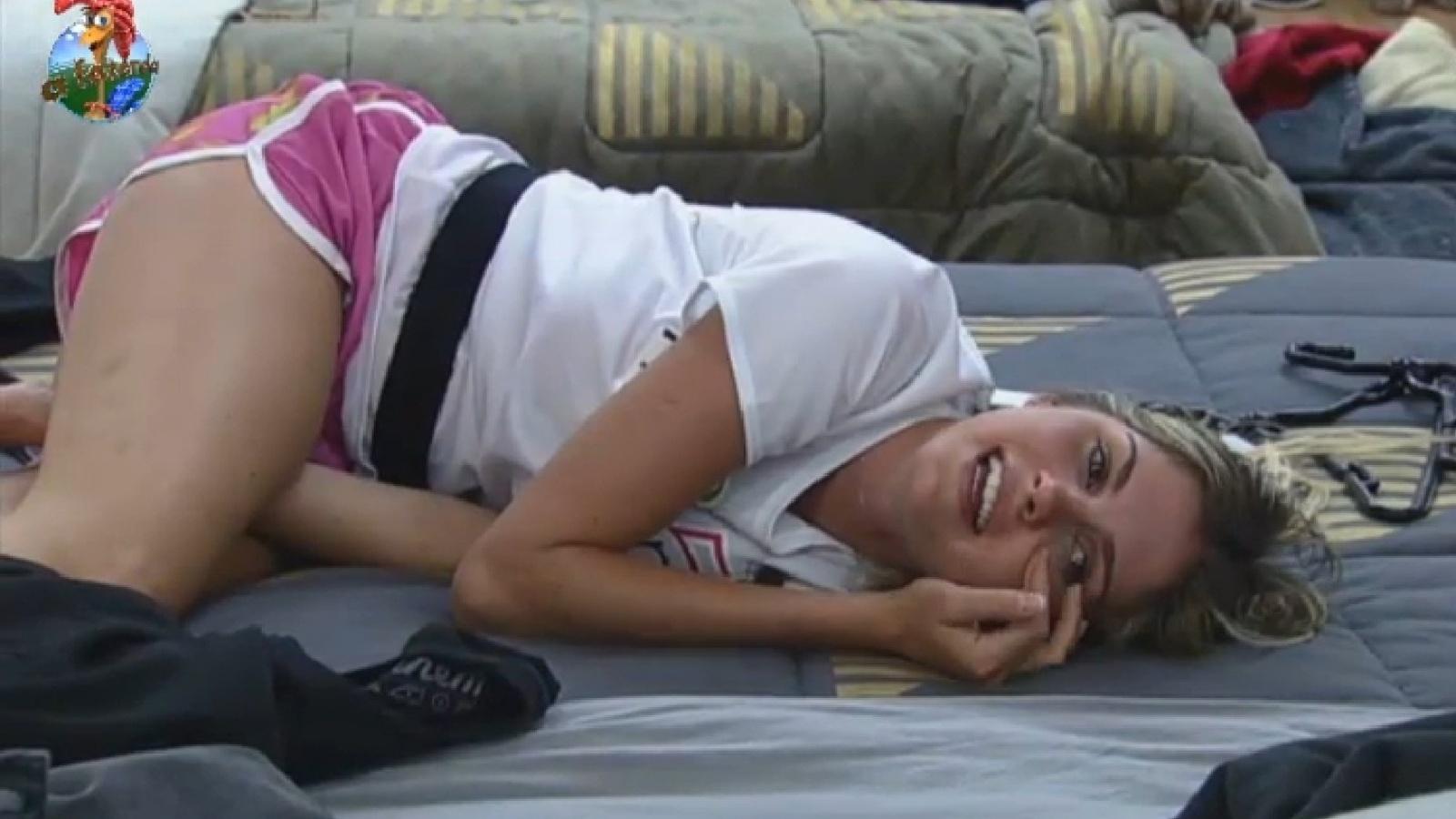 27.ago.2013 - Bárbara Evans ri depois de vestir roupas largas para participar de atividade