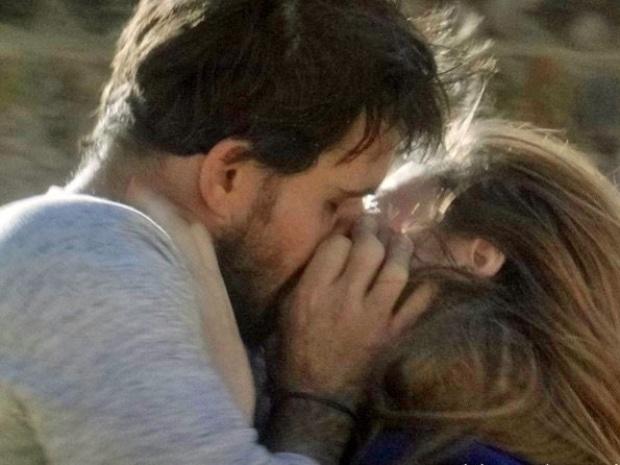 """27.ago.2013 - Em """"Amor à Vida"""", Ninho (Juliano Cazarré) agarra Paloma (Paolla Oliveira) e tenta beijá-la; Bruno (Malvino Salvador), que assiste a tudo de longe, não gosta nada da audácia do rival."""