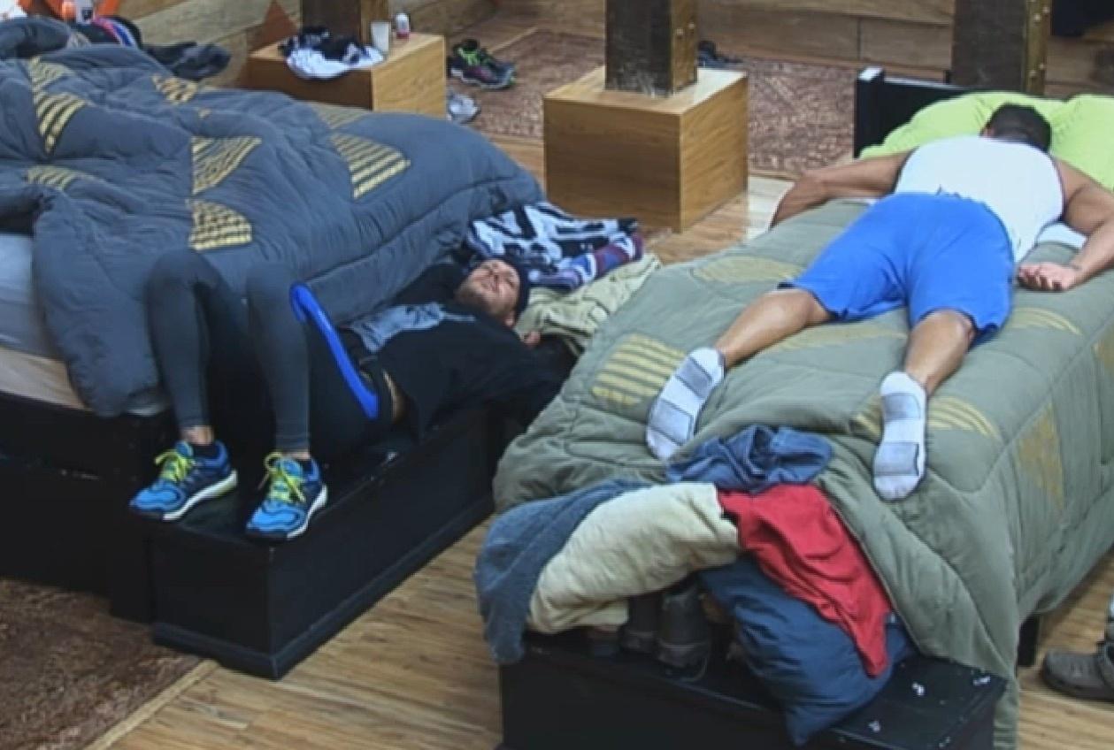 27.ago.2013 - Mateus Verdelho e Marcos Oliver também tiraram uma soneca após o almoço