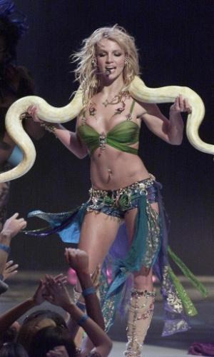 6.set.2001 - A cantora Britney Spears faz apresentação com uma cobra durante o MTV Video Music Awards