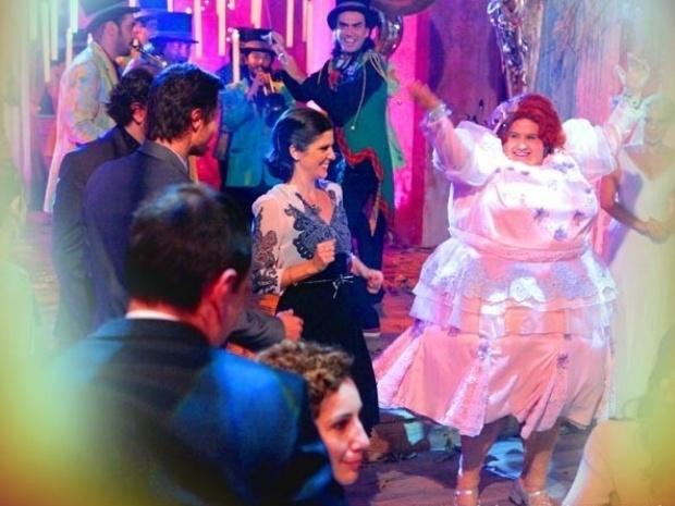 """Em """"Saramandaia"""", Dona Redonda dá show de dança no casamento de Lua e Zélia"""