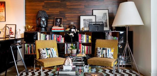 Uma das paredes do living dos irmãos Evans foi revestida por lâminas de carpete de madeira - Trevor Tondro/The New York Times