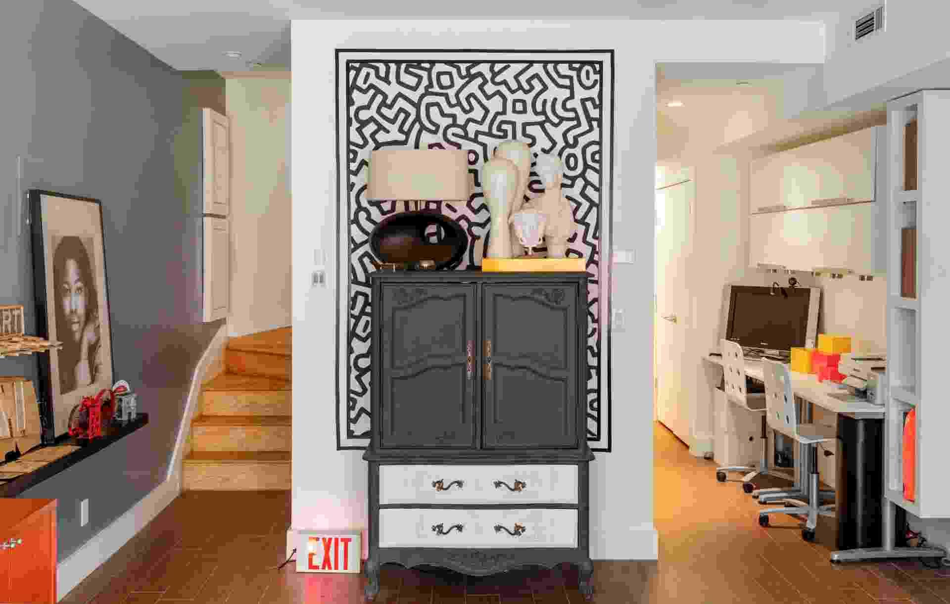 (Imagem do NYT, usar apenas no respectivo material) Os adesivos baseados nos trabalhos de Keith Haring criam a ilusão de haver uma pintura real do artista sobre a parede. Destaque para a perfeita organização dos objetos no apartamento dos irmãos Evans - Trevor Tondro/The New York Times