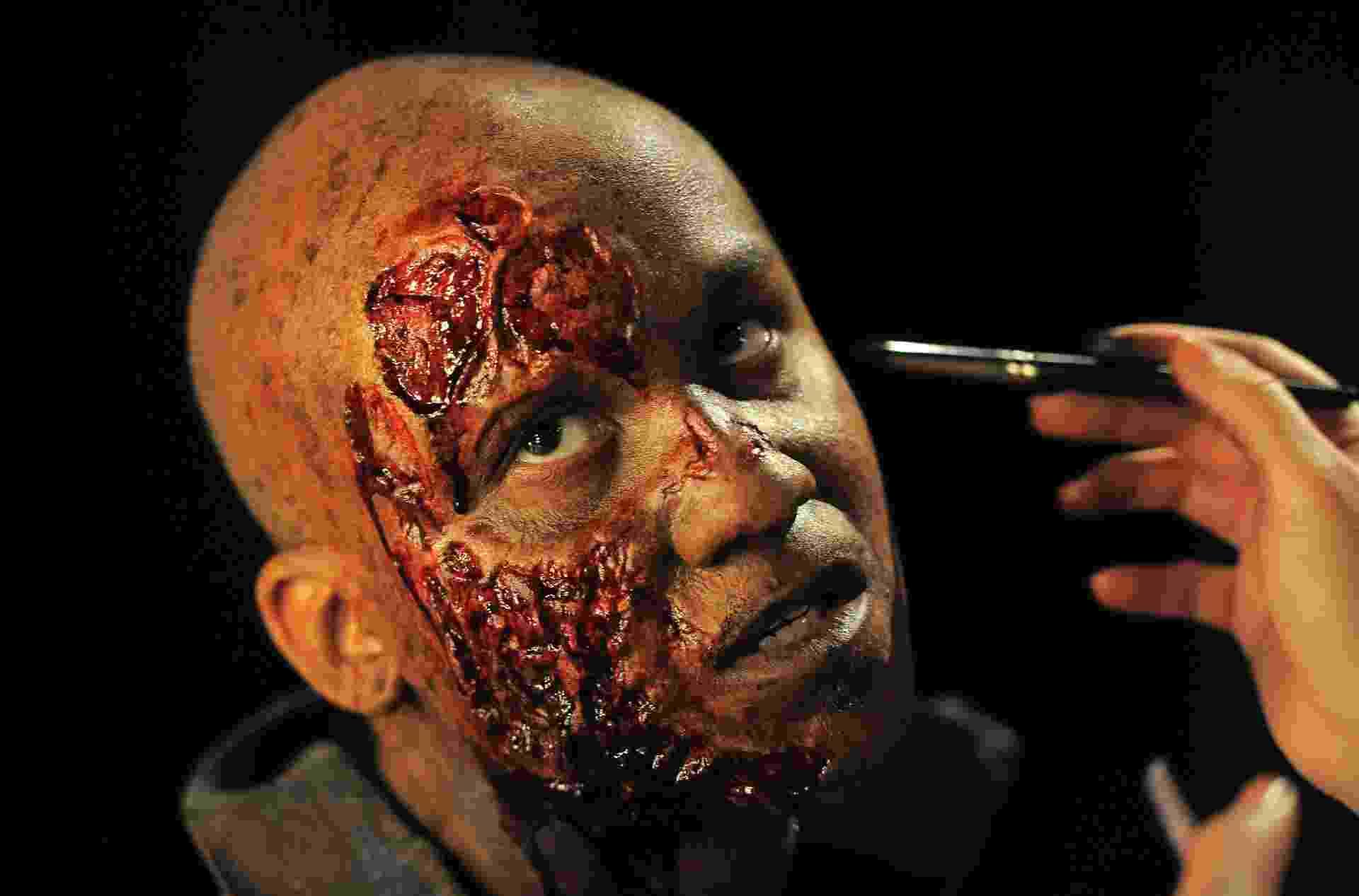 27.ago.2013 - Artista se prepara para a noite de apresentação do Hallowen Horror Nights, na Califórnia, nos Estados Unidos - Joe Klamar/AFP