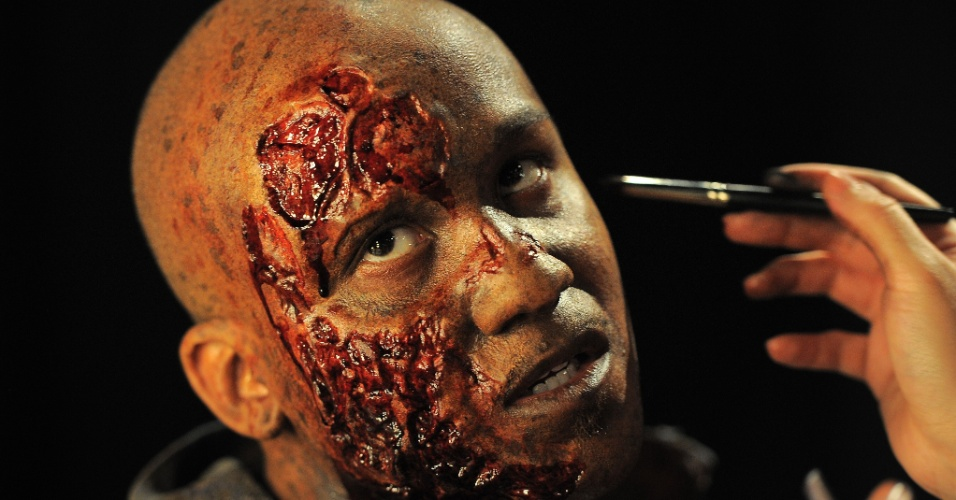 27.ago.2013 - Artista se prepara para a noite de apresentação do Hallowen Horror Nights, na Califórnia, nos Estados Unidos