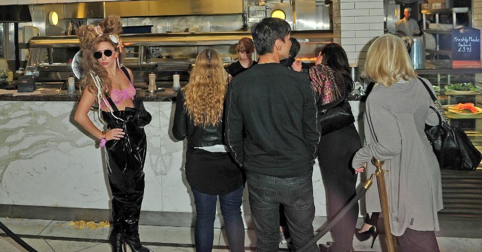 27.ago.2013 - Com uma concha e uma estrela do mar nos cabelos, Lady Gaga vai a uma lanchonete de