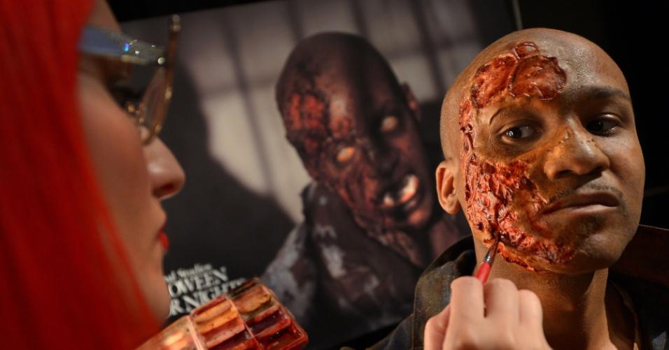 27.ago.2013 - As fantasias e máscaras são inspiradas em filmes e séries de terror da Universal Studios, gigante mundial da indústria do entretenimento