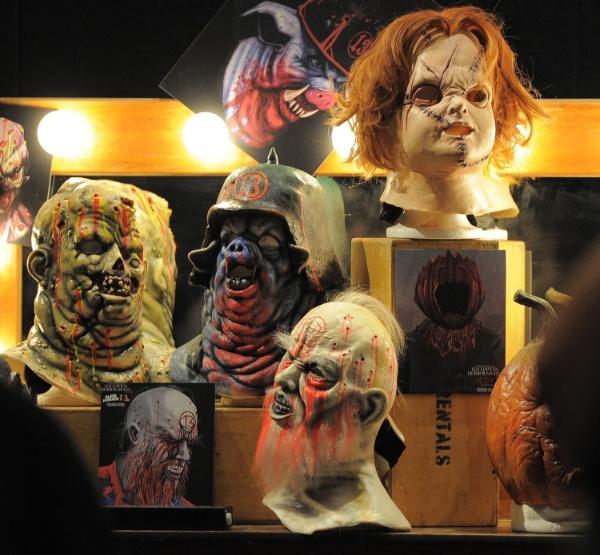 27.ago.2013 - Além da maquiagem, máscaras também desempenham papel importante no evento