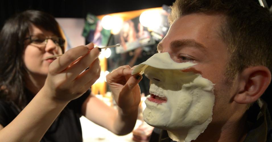 27.ago.2013 - Profissional de maquiagem prepara ator para a noite de apresentação do Halloween Horror Nights, na Califórnia