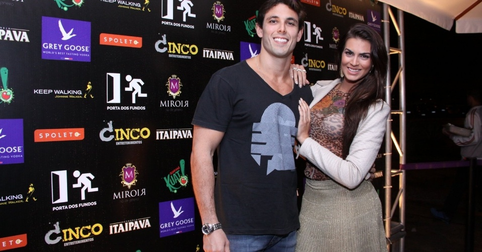 27.ago.2013 - Renata Molinaro com o namorado na festa de um ano do canal de humor Porta dos Fundos, em boate na Lagoa, Rio de Janeiro