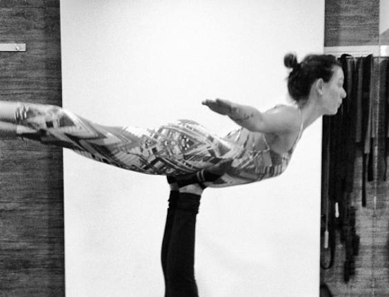 28.ago.2013 - Em aula de pilates, Isis Valverde foi erguida pela professora apenas pelos pés. O registro foi compartilhado pela atriz.