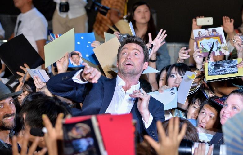 """28.ago.2013 - Hugh Jackman é cercado por fãs na première japonesa de """"The Wolverine: Samurai"""", em Tóquio. O filme será lançado mundialmente no dia 13 de setembro"""