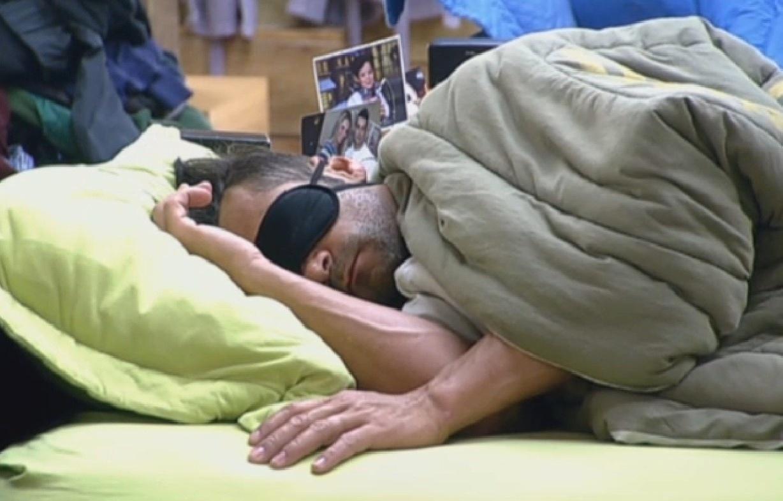 28.ago.2013 - Marcos Oliver acorda com o despertador, vai ao banheiro e volta a dormir