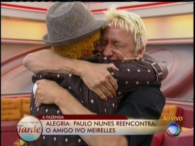 28.ago.2013 - Paulo Nunes chora ao reencontrar amigo Ivo Meirelles