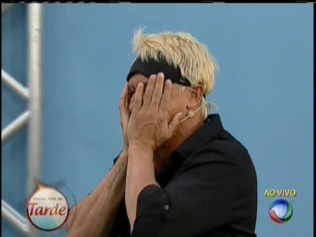 28.ago.2013 - Paulo Nunes chora ao rever a família pela primeira vez após o confinamento