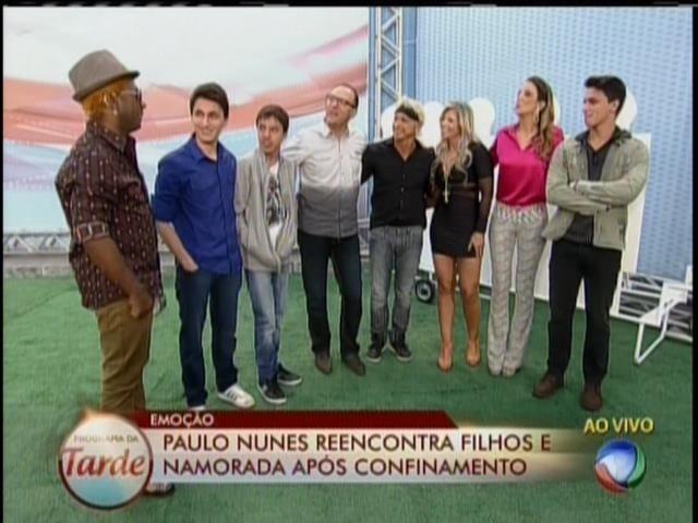 28.ago.2013 - Paulo Nunes mata saudade da família durante