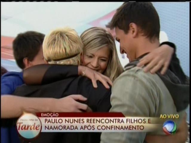 28.ago.2013 - Paulo Nunes reencontra namorada, Roberta, após ser eliminado de