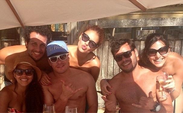 28.ago.2013- Carol com Rodrigo Alvim, Thiago Martins, Paloma Bernardi e amigos
