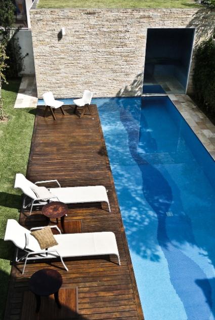 O pavilhão anexo, nos fundos do terreno da Casa Pernambuco, no Guarujá, abriga a casa de máquinas da piscina, um vestiário e a sauna. Esta fica ligada à piscina por uma abertura subaquática, onde o mergulho é possível. O revestimento externo do pavilhão é em canjiquinha de pedra mineira (Pedras Bandeirantes) e há um telhado com cobertura verde