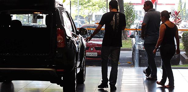 Consumidor observa carro em São Paulo (SP); difícil é convencê-lo a tirar modelo da loja - Juca Varella/Folhapress