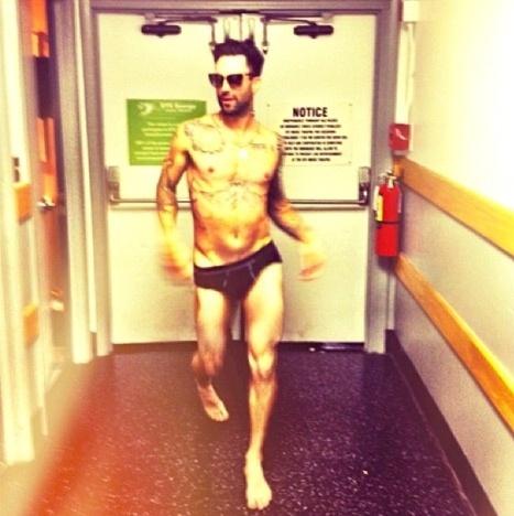 """28.ago.2013 - Adam Levine exibiu o corpo sarado vestindo só cueca para a namorada, a modelo Behati Prinsloo. O registro foi divulgado pela modelo por meio de sua página do Instagram. Fãs chegaram a comentar: """"Que deus te abençoe por postar isso"""". Levine e Prinsloo estão noivos"""