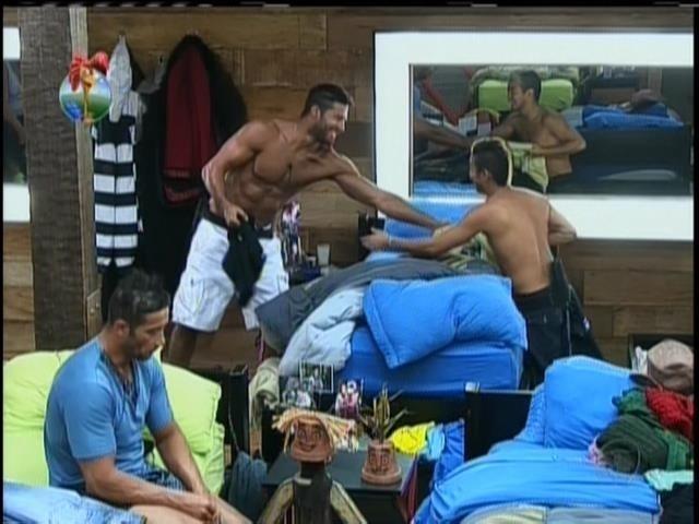 28.ago.2013 - Beto Malfacini e Yudi Tamashiro disputam para ver quem vai ficar com as roupas que Paulo Nunes esqueceu na fazenda