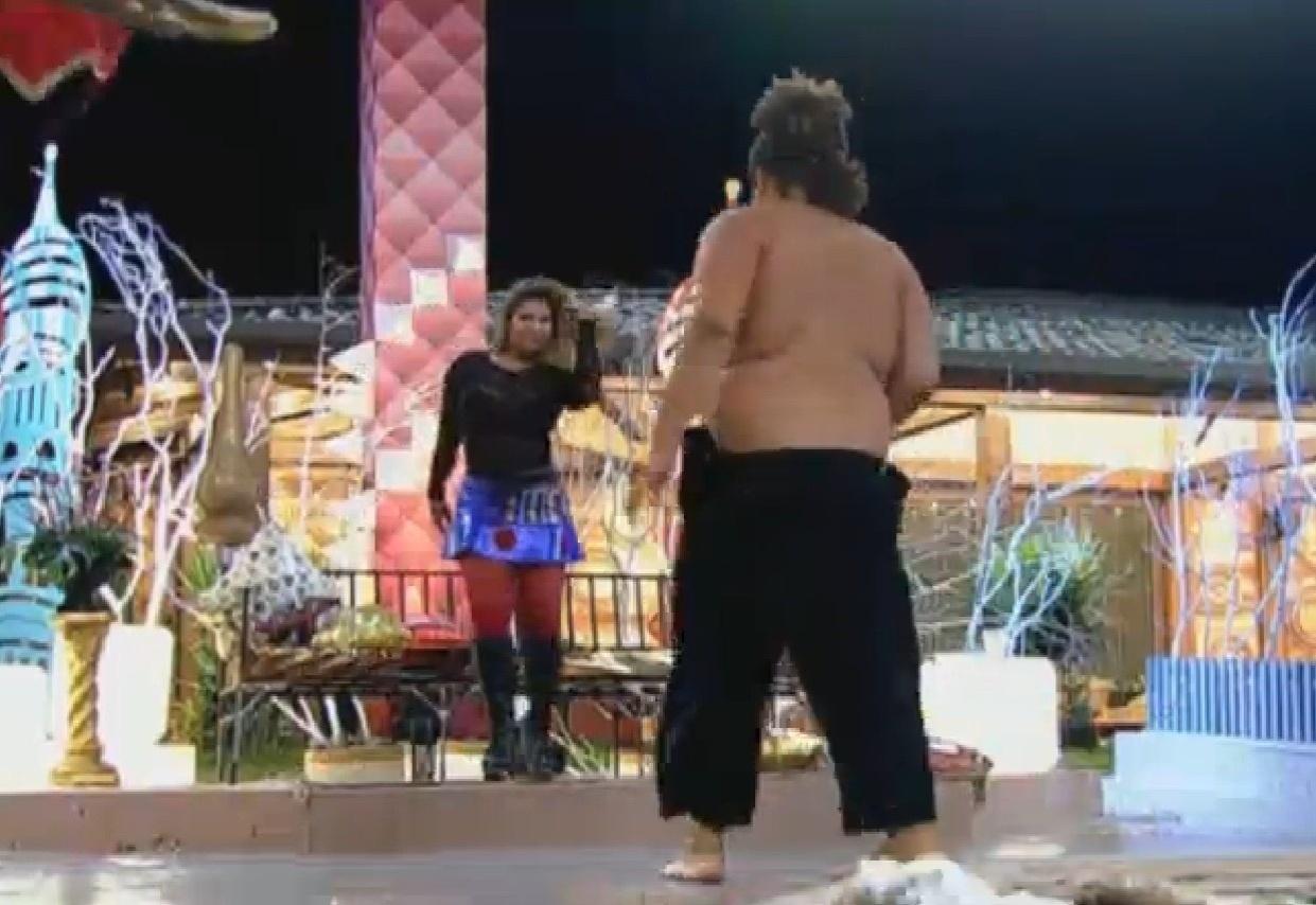 28.ago.2013 - Gominho tira camisa para dançar com a Mulher Filé