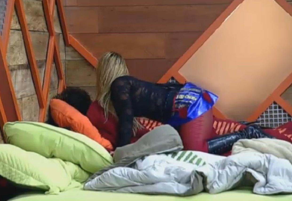 28.ago.2013 - Mulher Filé acorda Gominho depois da festa Russa