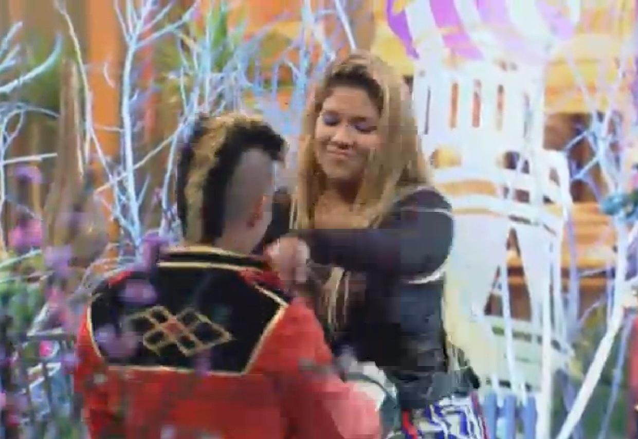 28.ago.2013 - Yudi chega para dançar com Yani