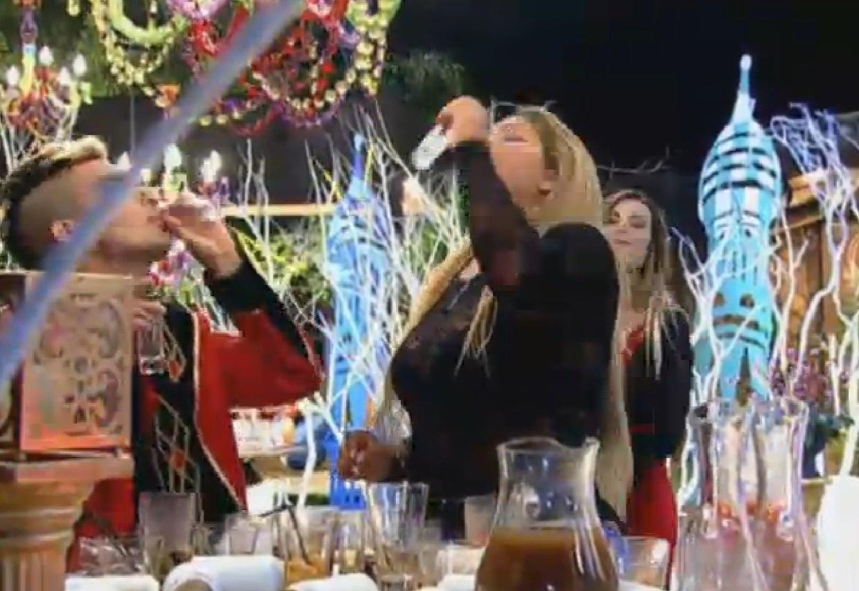 28.ago.2013 - Yudi e Yani bebem o resto da bebida alcoólica da festa Russa