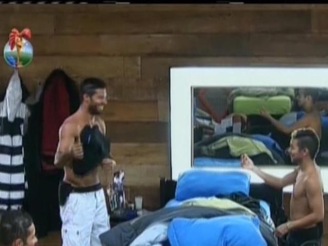 28.ago.2013 - Yudi mostra para Beto uma das roupas de marca que Paulo Nunes deixou na