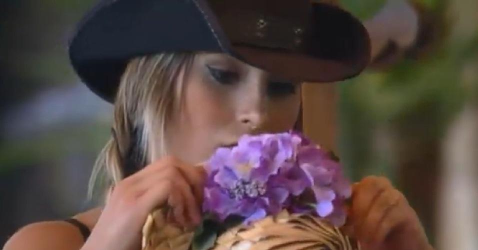 29.ago.2013 - Andressa ajeita detalhe em chapéu