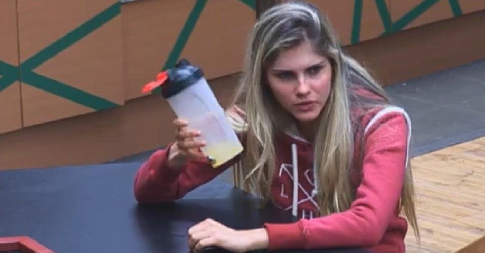 29.ago.2013 - Bárbara Evans brinca com Beto e pede para Fazendeiro da semana preparar um suco para ela