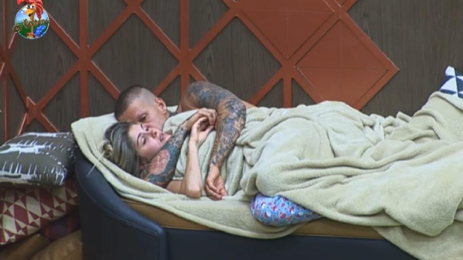 29.ago.2013 - Depois de atividade, Mateus Verdelho e Bárbara Evans namoram no sofá