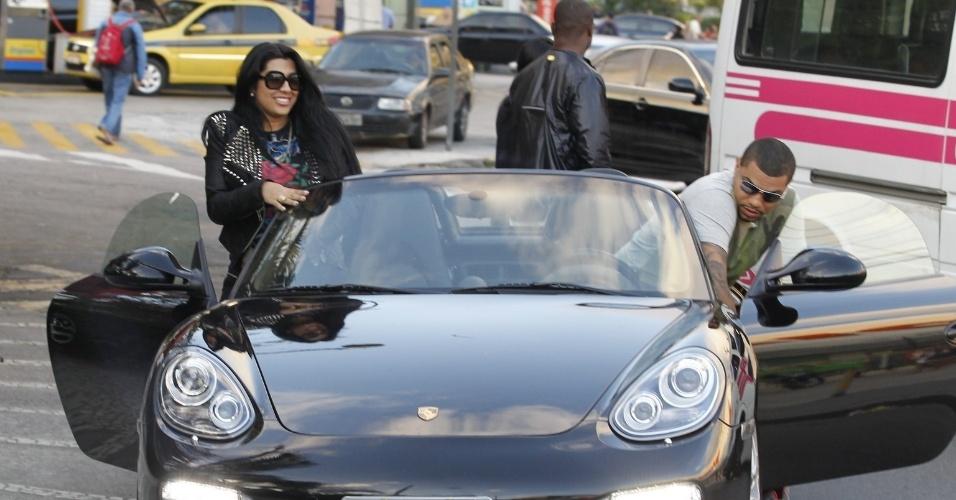 29.ago.2013- Naldo deixou o local com a noiva Ellen Cardoso, em um Porsche, avaliado em R$ 350 mil
