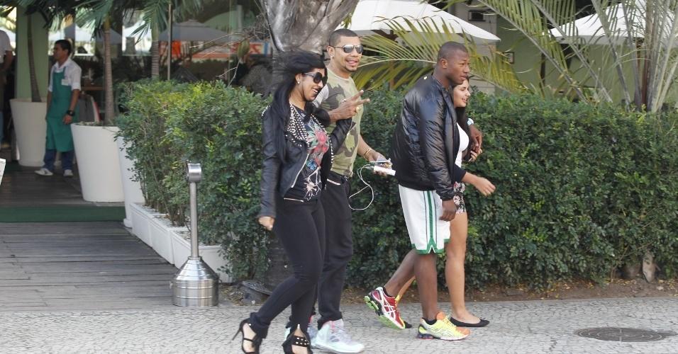 29.ago.2013- O cantor acendou para o paparazzo ao notar que estava sendo fotografado