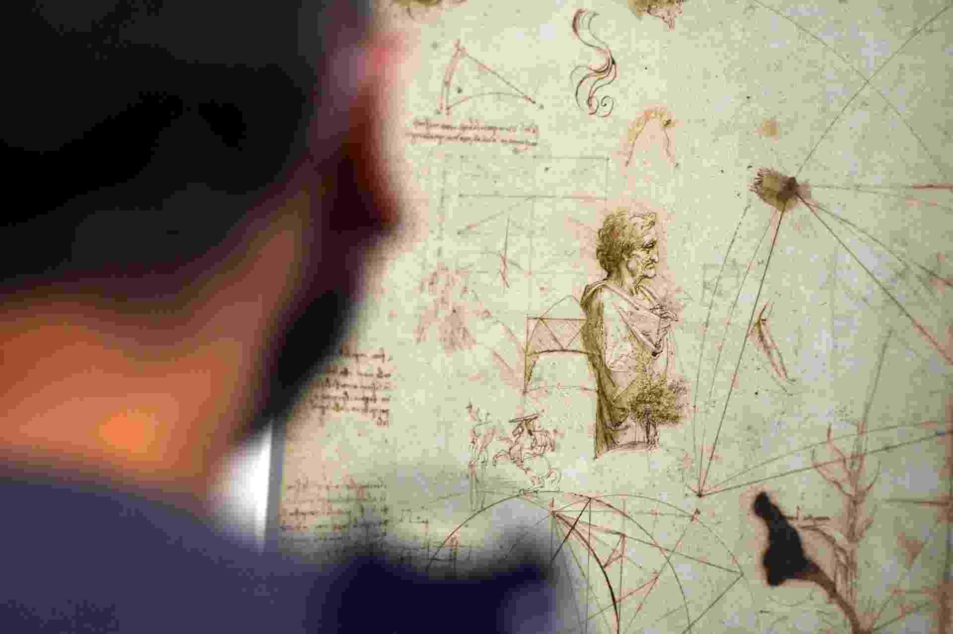"""A exposição """"Leonardo da Vinci: o homem universal"""" reúne 52 desenhos de um dos artistas mais talentosos da história, admirado pela capacidade de combinar arte com ciência, beleza com mecânica, natureza com proporções, corpo com alma. As obras de caráter artístico e científico, entre elas o célebre desenho do """"Homem Vitruviano"""", ficarão expostas até dezembro de 2013 - Gabruel Bouys/AFP"""