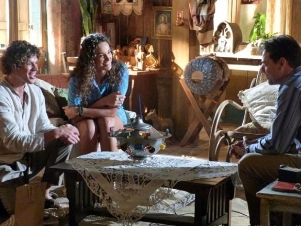 """Em """"Flor do Caribe"""", Candinho diz que Taís devia voltar com Mantovani"""