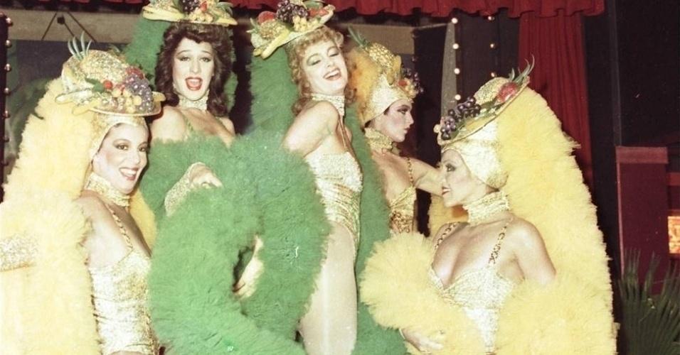 """1985 - Em """"Roque Santeiro"""", quando Matilde (Yoná Magalhães) trouxe do Rio de Janeiro duas dançarinas, Ninon (Claudia Raia) e Rosaly (Ísis de Oliveira), as beatas da cidade, lideradas por Pombinha (Eloísa Mafalda), tentaram impedir o funcionamento da boate"""